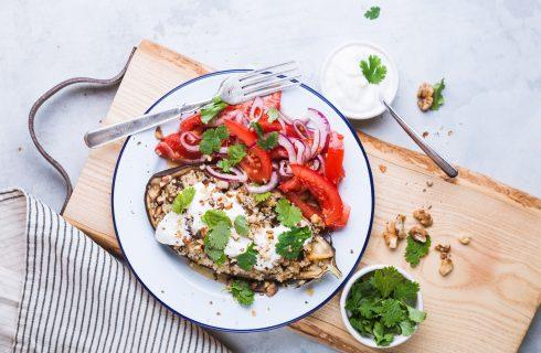 Gevulde aubergine met quinoa, vegan room en walnoten